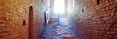 Lungo i corridoi per le prigioni